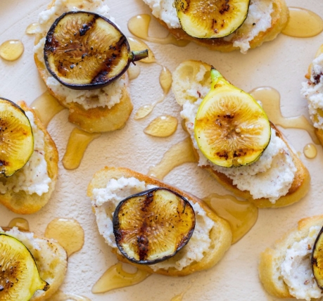 fig-hazelnut-ricotta-crostinis-recipe-800x1065